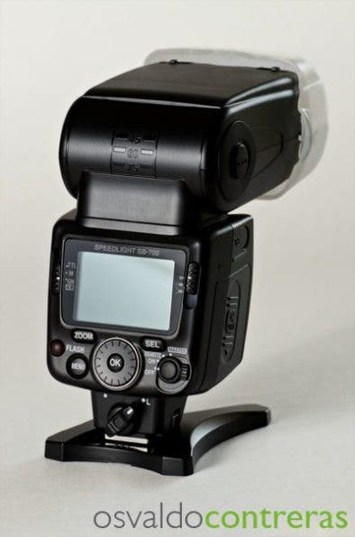 Picture showing the controls of the Nikon SB-700 flash unit