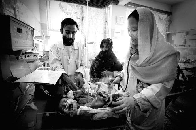 ICRC staff member Patricia gives an assessment on an infant in the maternity ward