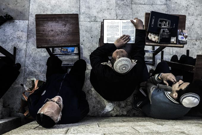 Avec Le Livre: Photos of Orthodox Jews in the Holy Land