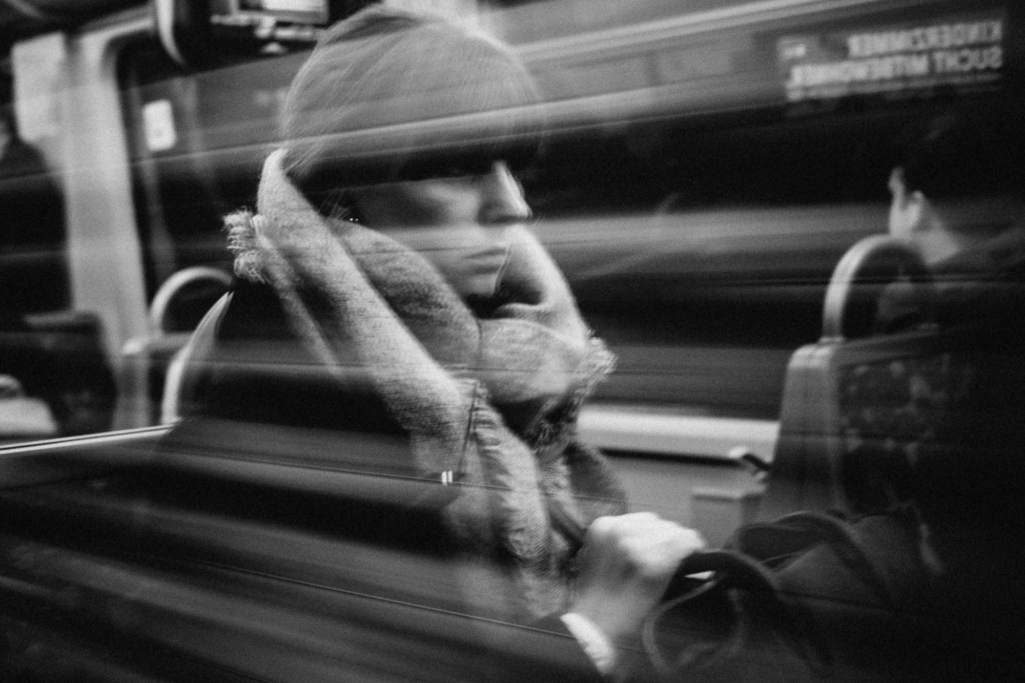 Flüchtige Blicke: Photos of Disappearing Strangers on a Daily Commute