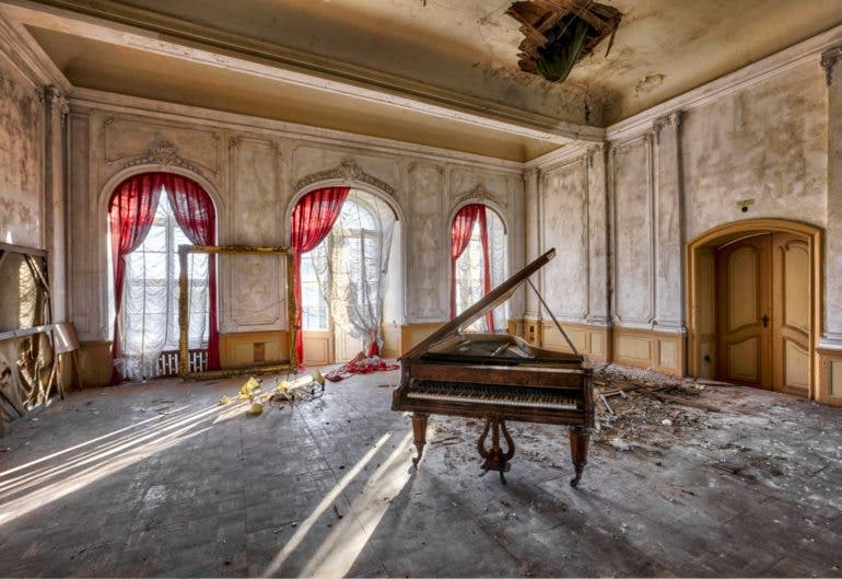 These Urban Decay Photos Turn Abandoned Buildings Into Work