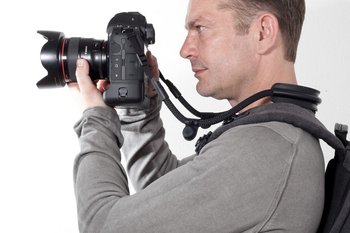 SNAPSNAP: Camera Strap That Counterbalances Camera Weight With Your Backpack