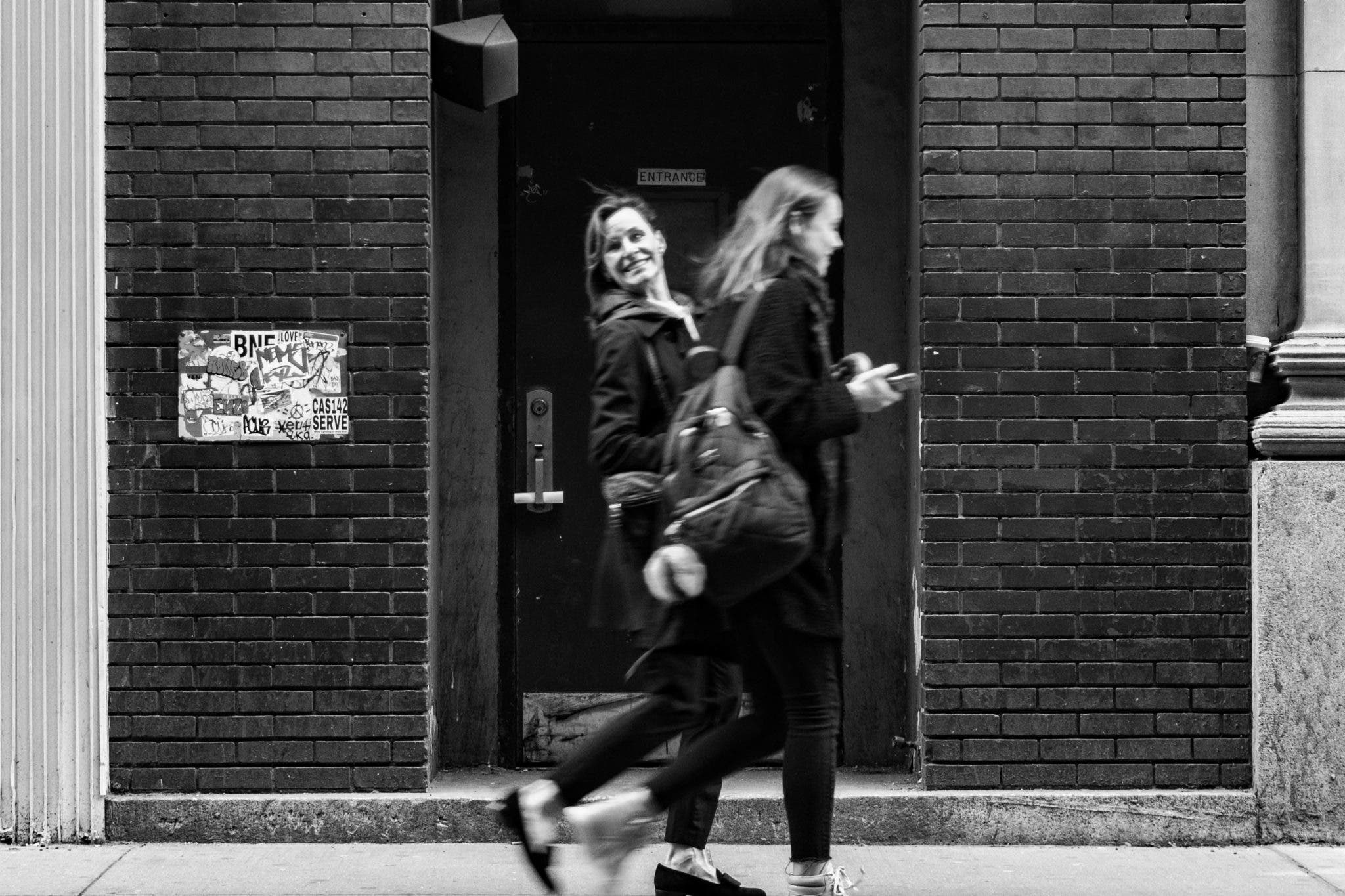 Vince Alongi: Capturing Street Photography Scenes in Black and White